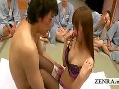 Um grupo de homens japoneses ogrish assistir ação dedilhado