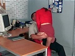 Büro Sex mit einem zierliche Sekretariat ficken in schiere rote Höslein