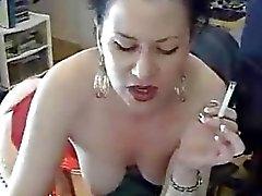 Brunette slet op haar lingerie masturberen