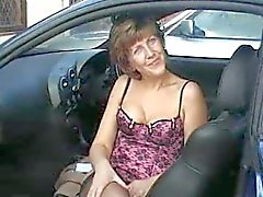 Sara i sjuksköterska i bilen