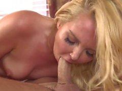 Blondje wil weer eens een harde lul in haar kut voelen
