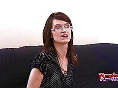 Amador de cabelos escuros com óculos faz boquete de joelhos
