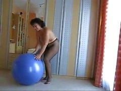 Breda mogna i strumpbyxor på en ball