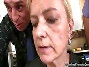 Sie schluckt zwei Hähne zur Arbeit