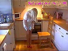 Slampa Strumpbyxor Mamma visar upp sin Big Tits At hemma i köket