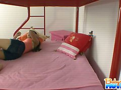 Babysitter Alexis dildoing sich auf meinen Kindern Bett erwischt