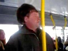 Russian girls flirta med en exhibitionistisk främmande på bussen
