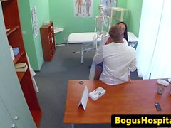 Euro tıp öğrencisi gerçek doktor tarafından iğne yapmak