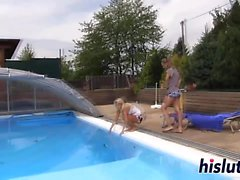 Rävaktig flator ha kinky fun av poolen