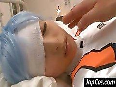 Cosplay schatje ligt in bed met een blessure , maar nog steeds , weet zij lul van een kerel zuigen