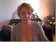 Mogna kvinna visar trevligt förkroppsliga och tuttar