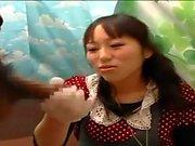 Paja adolescente japonesa en autobús lleno de gente