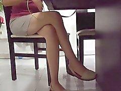 bombón delgado lleva una falda corta y muestra su pierna caliente