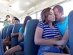 Maddy toma un cabezal dentro de autobús