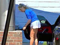 Blond MILF visar klyvning och röv på biltvätt