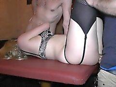 Hot blonde Frau bekommt von mehreren Jungs knallte