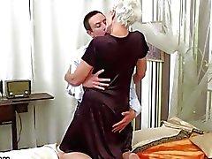 Bra snygga mormodern ha sex med en ung bulten