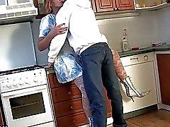 Hairy kypsä nainen nai keittiössä