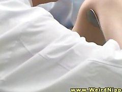 Asyalı Hasta tüm doktor tarafından parmaklı onu kedi alıyor