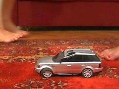 2 Mädchen zerquetschen Silber Spielzeugauto barfuß