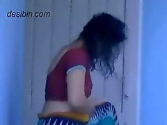 Naast de deur desi bhabhi veranderende jurk op balkon
