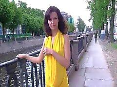 Russischer Schönheiten blinkt in den öffentlichen