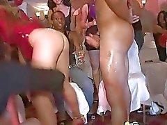 Partij toont vele vrouwen dacing met ballonnen en neuken