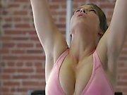 De 2 Les filles entraînement leurs corps chaque autre