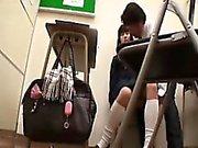 Непослушный Азиатский ученицы врать на пол и получить их га