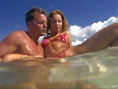 Lauren hat Hardcore Anal Sex auf einem wunderschönen tropischen Strand
