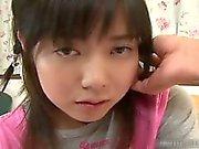 Asiatiska nätt schoolgirl får ett varmt