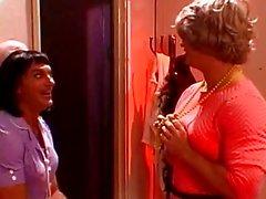 Sarışın ve esmer lezbiyenler birbirlerinin kunduz traş yalamak