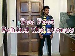 Biet Poses sexigt visa sina Asiatisk pojke fötterna