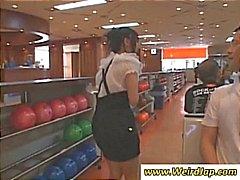 Unga asiatiska flickor i bowlinghallen vill leka med sina bollar