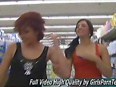 Brünett Damen bereit einander küssen