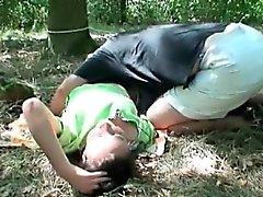 Chica sexy se reúne viejo tipo del en un bosque