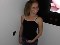 niña fiesta desenfrenada Alissa en sus rodillas al gloryhole