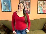 Melanie Hicks schluckt einen steifen Schwanz