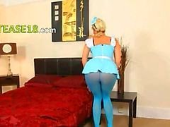 Mavi naylon külotlu çorap ve sarışın alay