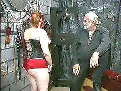 Young bdsm slav flicka brunett i korsett är smisk och caned i källaren