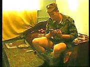 Jonge Russische soldaten ruk uit en cum