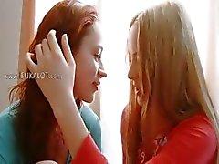 Duas lésbicas no amor arrebata despir