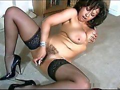 Het British MILF Danica Collins retas med vibrator