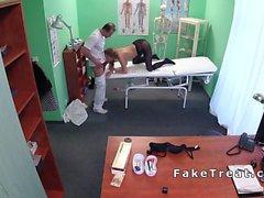 Пациент с огромной болванов барабанит врача