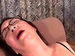 Reife Schlampe nimmt Gesichts- und masturbiert