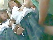 İki masum Okuldaki kız öğrenciler a Otobüs dokunduk
