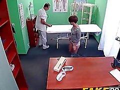 Kısa saçlı esmer Sasha Zima doktoru baştan çıkarır