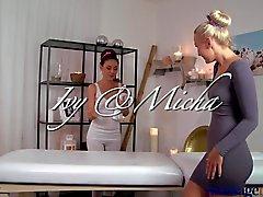 Massage Räume Atemberaubende Blondine hat Orgasmen zu