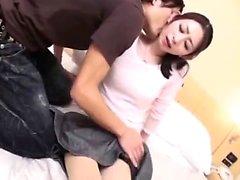 Aasian nymfomaani toying hänen karvainen pussy