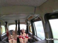Naughty santa lesbiennes orgie en taxi